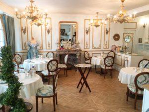 Dîner des Marquises dans un salon baroque