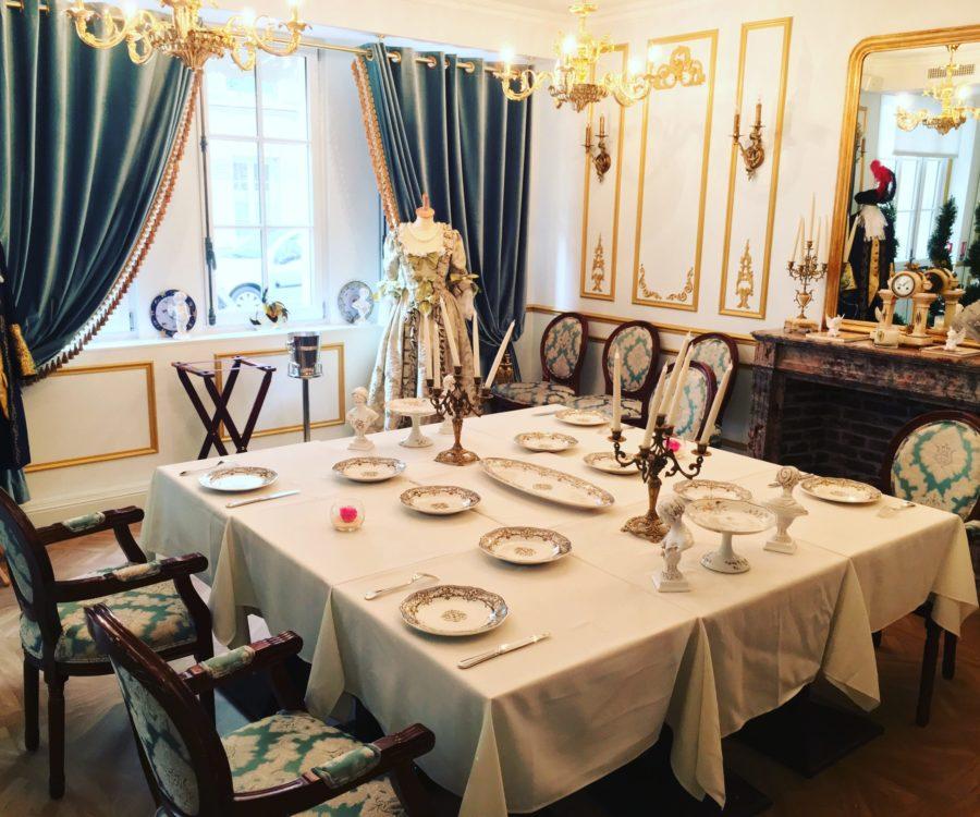 Salon baroque - Table carrée dressée devant la cheminée